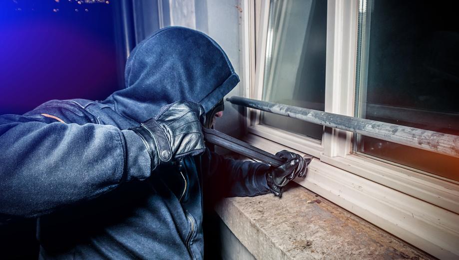 Maskierter Verbrecher bricht ein