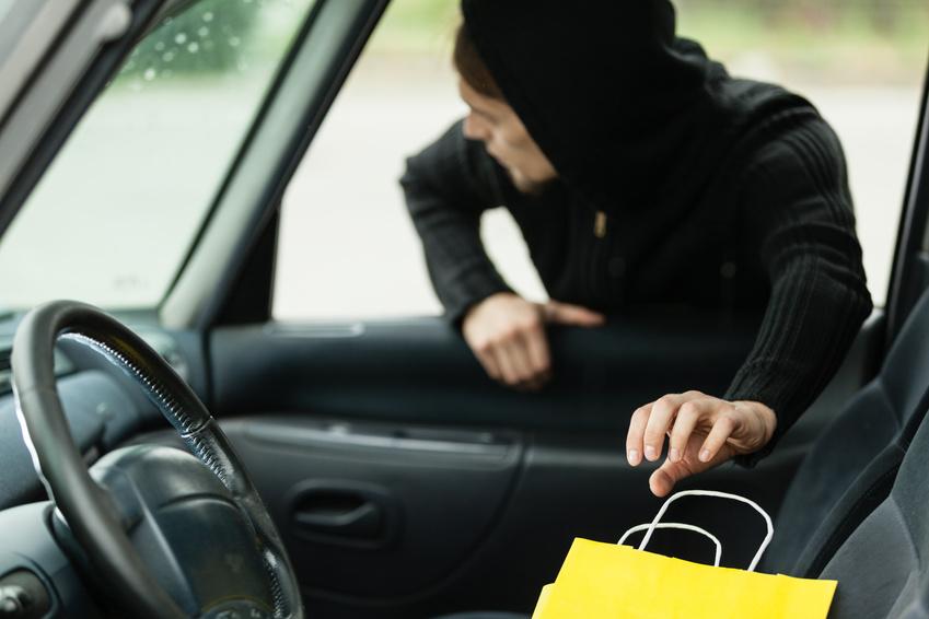 Man klaut Tasche aus Auto
