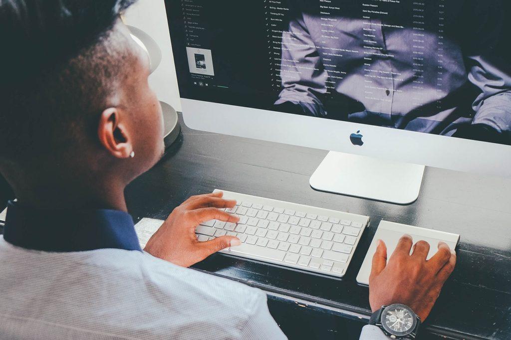 Im Internet finden viele Bewerber für Sicherheitsheitsdienste gute Jobangebote.
