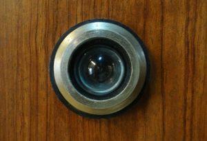 Aussehen eines Türspions von außen für den Anwesenheitsschutz