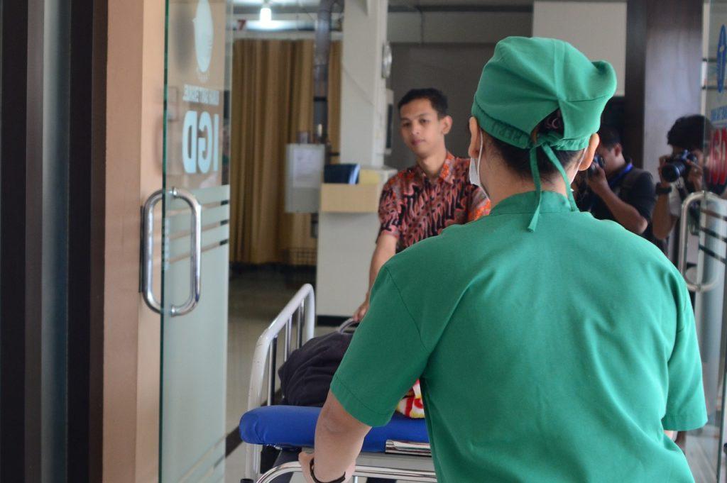 In der Notaufnahme eines Krankenhauses schützt der Sicherheitsdienst die Mitarbeiter.