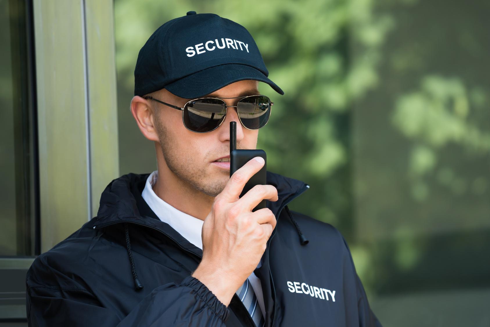Sicherheitsmitarbeiter mit Sonnenbrille