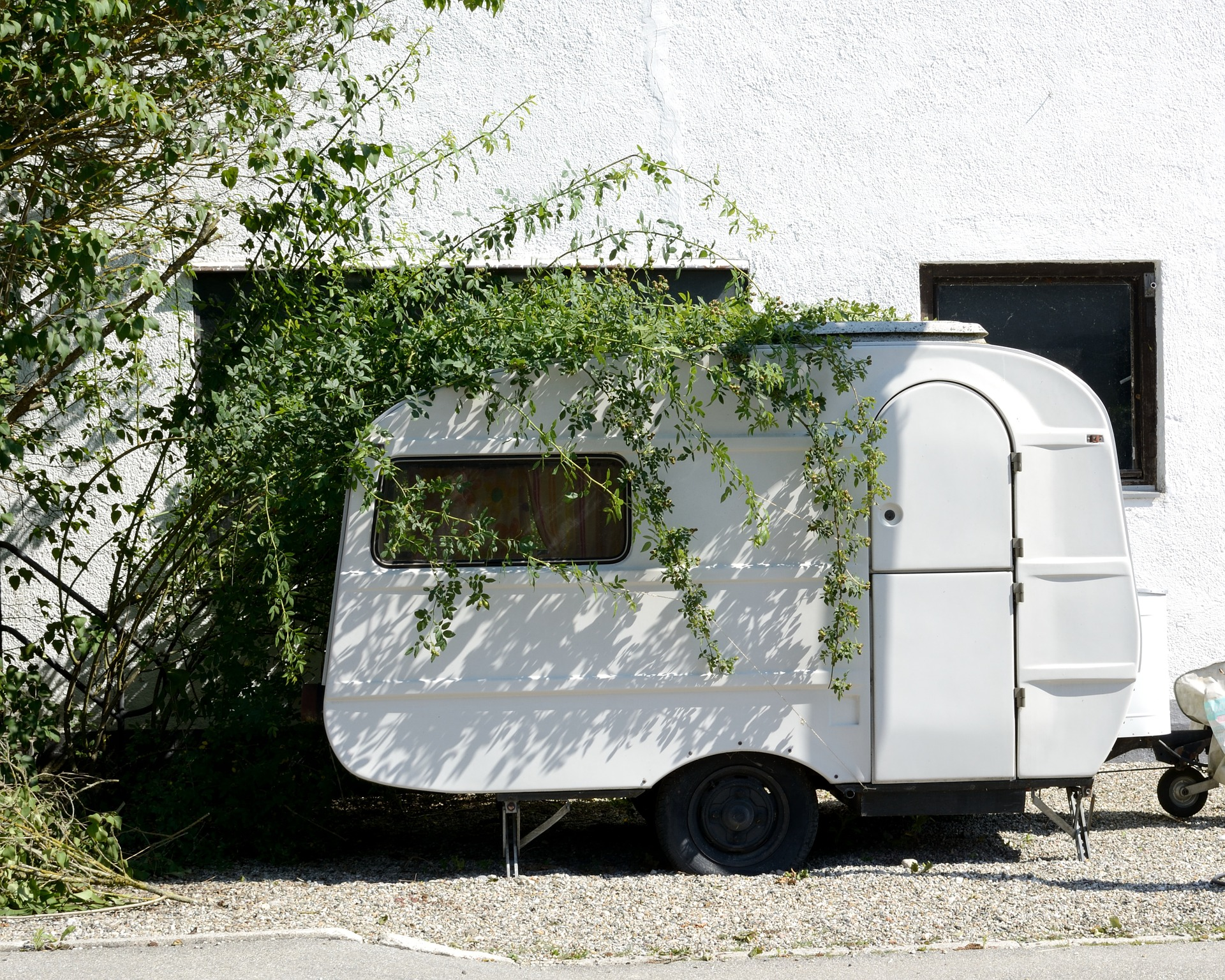 Wohnwagen vor Haus
